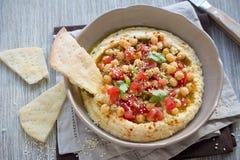 Hummus con un'insalata del pomodoro, della cipolla e del coriandolo Immagine Stock