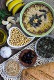 Hummus convenzionale con gli ingredienti principali Ricetta casalinga Fotografia Stock Libera da Diritti