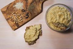 Hummus, crispbread и ингридиенты Стоковая Фотография