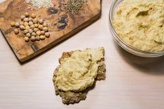 Hummus, crispbread и ингридиенты Стоковое Фото