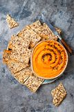 Hummus da abóbora temperado com azeite e as sementes de sésamo pretas com os biscoitos inteiros da grão Aperitivo ou petisco saud Imagem de Stock