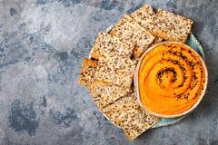 Hummus da abóbora temperado com azeite e as sementes de sésamo pretas com os biscoitos inteiros da grão Aperitivo ou petisco saud Fotos de Stock Royalty Free
