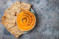 Hummus da abóbora temperado com azeite e as sementes de sésamo pretas com os biscoitos inteiros da grão Aperitivo ou petisco saud Fotografia de Stock Royalty Free