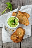 Hummus del guisante verde con las nueces de pino y los cuscurrones finos Fotos de archivo libres de regalías