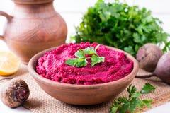 Hummus der roten Rübe, sahnig und köstlich in einer keramischen Schüssel lizenzfreies stockbild