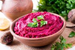 Hummus der roten Rübe, sahnig und köstlich in einer keramischen Schüssel stockbilder