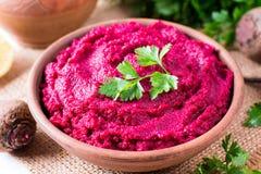 Hummus der roten Rübe, sahnig und köstlich in einer keramischen Schüssel lizenzfreies stockfoto
