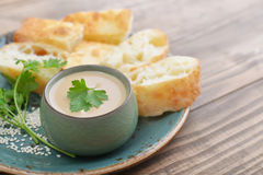 Hummus in der Schüssel mit Petersilie Lizenzfreies Stockbild