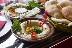 Hummus die met pitabroodje wordt gediend stock fotografie