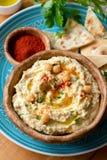 Hummus do grão-de-bico com as microplaquetas da paprika e do pão árabe imagens de stock royalty free