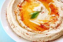 Hummus doppplatta och citron på trätabellen arkivbild