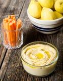 Hummus e cenouras - Snacking do alimento Imagem de Stock