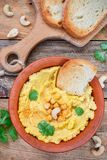 Hummus is een traditionele snack van het Middenoosten royalty-vrije stock afbeelding