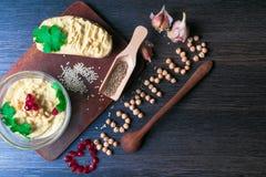 Hummus eller houmous, aptitretare som göras av mosade kikärtar med tahini, sötcitron, vitlök, olivolja, persilja, spiskummin och  royaltyfria foton