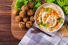 Hummus, falafel i chickpea, słuzyć z sałatką i pita Fotografia Stock