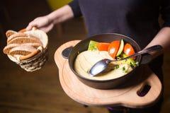 Hummus fresco con los vegetabkes Imagenes de archivo