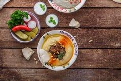 Hummus, ganoush del bizcocho borracho, verduras visión superior, espacio de la copia imagenes de archivo