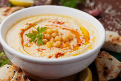 Hummus of houmous, voorgerecht van fijngestampte kekers wordt gemaakt, tahini, citroen, knoflook, olijfolie, peterselie en paprik royalty-vrije stock foto's
