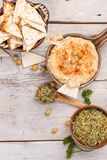 Hummus, kikkererwtenonderdompeling Royalty-vrije Stock Foto's