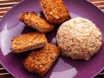 Hummus med bakat bröd Arkivfoto