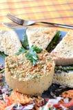 Hummus med franskt rostat bröd, gaffeln och kniven Royaltyfria Foton