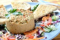Hummus med franskt rostat bröd och gaffeln Royaltyfria Foton