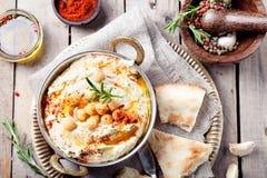 Hummus, mergulho do grão-de-bico, com alecrins, paprika Fotos de Stock Royalty Free