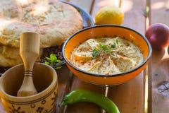 Hummus met brood Stock Afbeeldingen