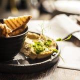Hummus met croutons stock afbeelding