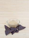 Hummus met de Blauwe Spaanders van de Tortilla van het Graan Royalty-vrije Stock Afbeeldingen