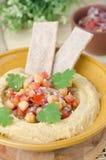 Hummus met een salade van kekers en tomaten Royalty-vrije Stock Fotografie