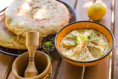 Hummus met eigengemaakt brood op een scherpe raad Stock Foto