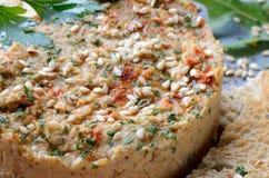 Hummus met sesamzaden en peterselie dichte omhooggaand stock afbeelding