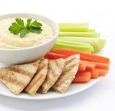 Hummus mit pita Brot und Gemüse stockbild