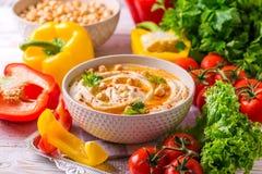 Hummus och kikärt Judisk kokkonst den konstnärliga detaljerade eiffel ramen france horisontalmetalliska paris mönsan skjutit visa Royaltyfria Foton