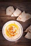 Hummus och pitabröd Arkivfoto