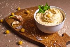 Hummus op de lijst Stock Foto's