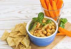 Hummus orgánico hecho en casa fresco con los cheaps y la albahaca de la pita Imágenes de archivo libres de regalías