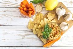 Hummus orgânico caseiro fresco com cheaps e manjericão do pão árabe Fotografia de Stock