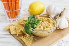 Hummus orgânico caseiro fresco com cheaps e manjericão do pão árabe Foto de Stock Royalty Free