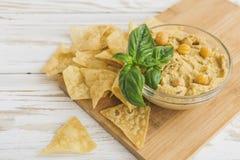 Hummus orgânico caseiro fresco com cheaps e manjericão do pão árabe Imagens de Stock Royalty Free