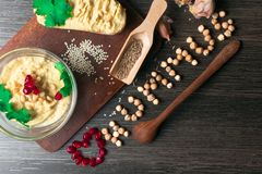 Hummus ou houmous, aperitivo feito de grãos-de-bico triturados com tahini, cidra, alho, azeite, salsa, cominhos e cedro fotos de stock royalty free