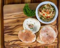 Hummus remató con paprika Fotos de archivo