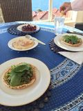Hummus-Salatverpackungen Stockbild