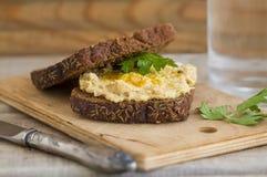 Hummus-Sandwich mit Vollweizenbrot lizenzfreie stockfotos