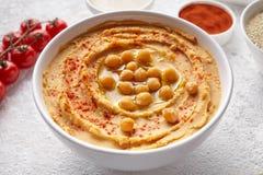 Hummus schließen oben mit ingridients, Snackproteinlebensmittel der gesunden Diät natürliches vegetarisches Lizenzfreie Stockfotografie