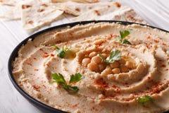 Hummus tradicional com salsa no close-up da placa Imagem de Stock