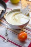 Hummus - traditioneel Libanees voedsel Hummus in traditionele kom met thtstuk van brood Stock Afbeeldingen