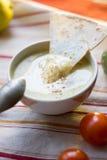 Hummus - traditionelles libanesisches Lebensmittel Hummus in der traditionellen Schüssel mit tht Stück Brot Stockfotos