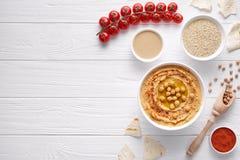 Hummus traditionellt mellanmål i för aptitretarekikärt för bunke libanesiskt arabiskt mellanmål med tahinien, sesam, paprika, fåg Arkivfoto